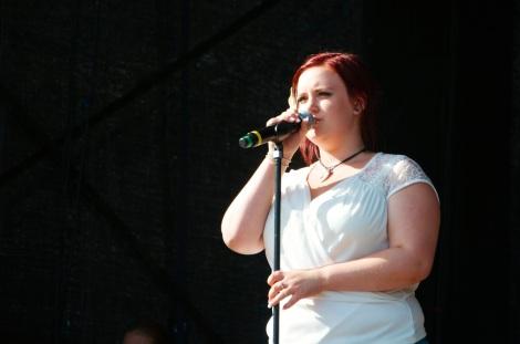 Emelie på scenen i Valdemarsvik