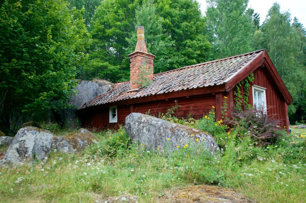 Torpet Damvik under Fjersbo, Kättilstad (E) - Ett troligen helt unikt torp med en stor sten som vägg (2/6)