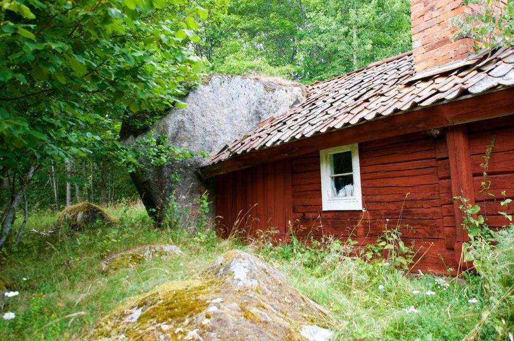 Torpet Damvik under Fjersbo, Kättilstad (E) - Ett troligen helt unikt torp med en stor sten som vägg (3/6)
