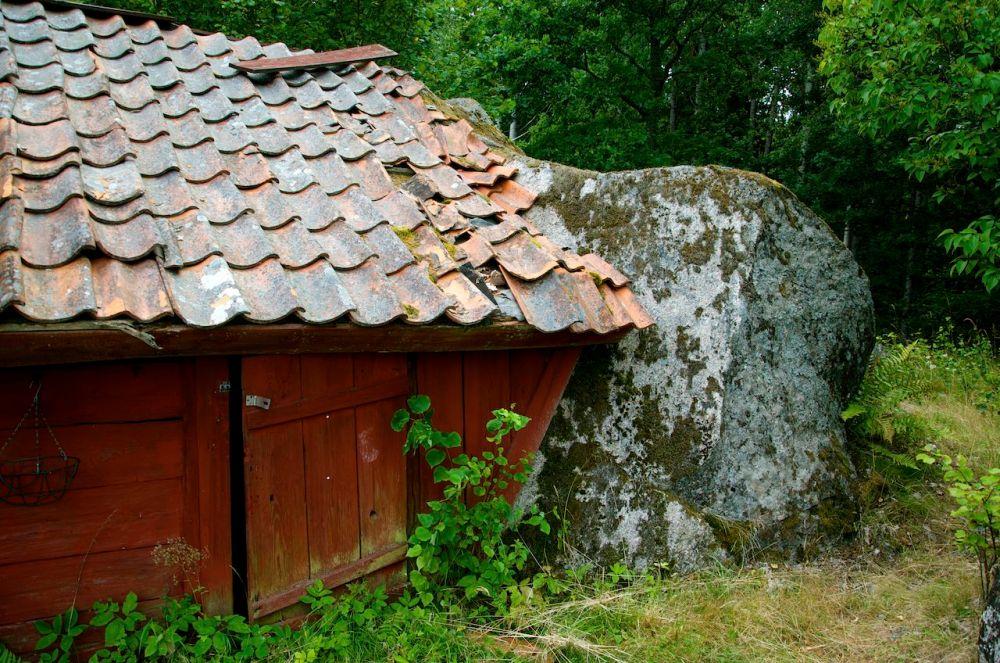 Torpet Damvik under Fjersbo, Kättilstad (E) - Ett troligen helt unikt torp med en stor sten som vägg (5/6)