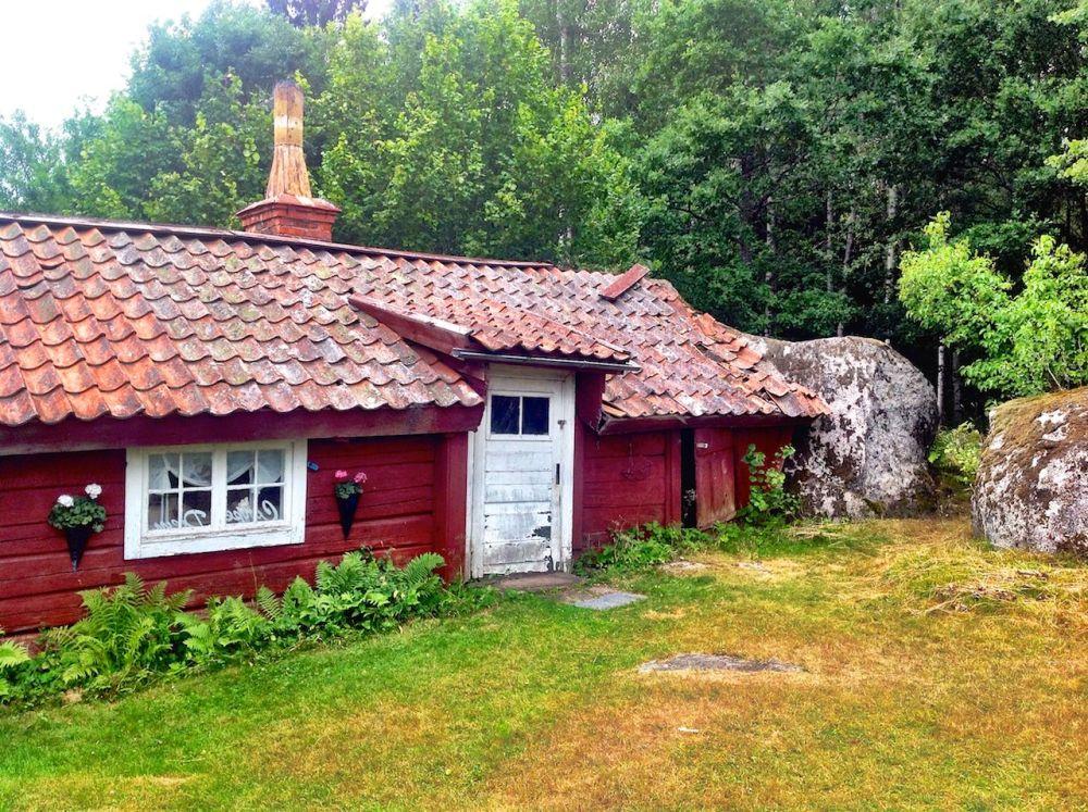 Torpet Damvik under Fjersbo, Kättilstad (E) - Ett troligen helt unikt torp med en stor sten som vägg (1/6)